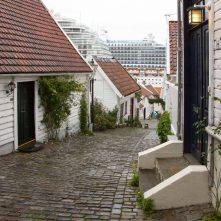 Gamle Stavanger mit Kreuzfahrtschiffen im Hintergrund