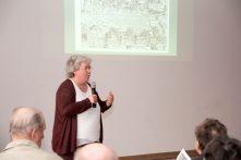 Sabine Todt bei Ihrem Vortrag zum Himmel- und Höllenwagen