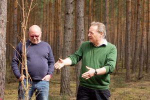 Waldbesitzer Karl Tempel und Künstler Jörg-Michael Knuth (Jömi)